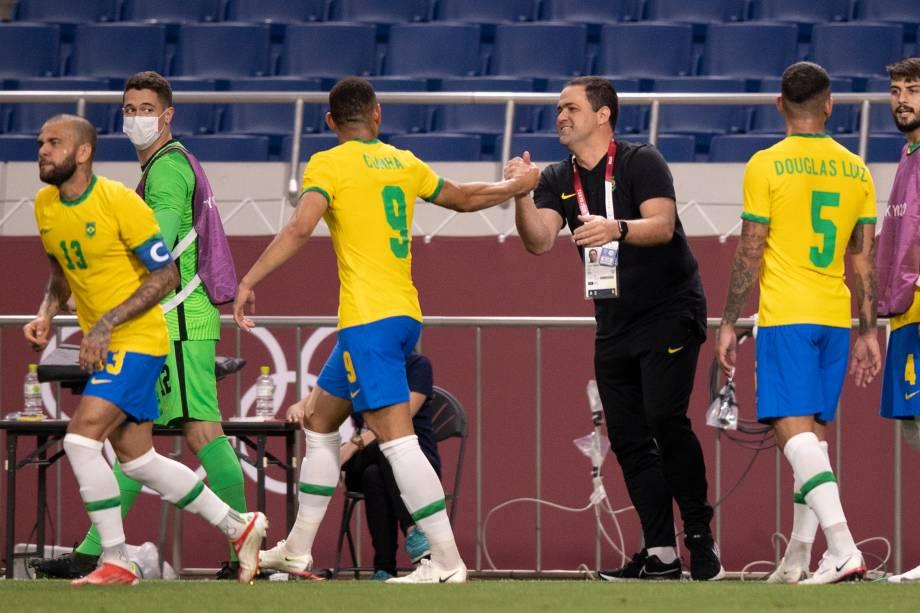 O técnico Andre Jardine cumprimenta o atacante Matheus Cunha após marcar o gol do Brasil no jogo -