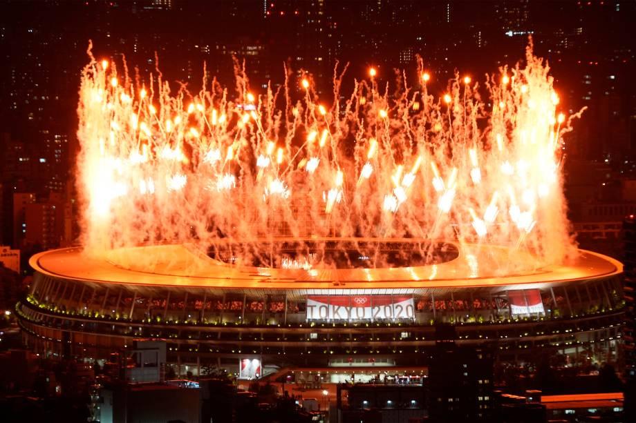 Queima de fogos ao fim da cerimônia de abertura dos Jogos Olímpicos 2020, no Estádio Olímpico -