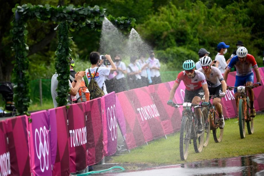 Nino Schurter (à frente), da Suíça, em prova da Cross-Country Mountain Bike -