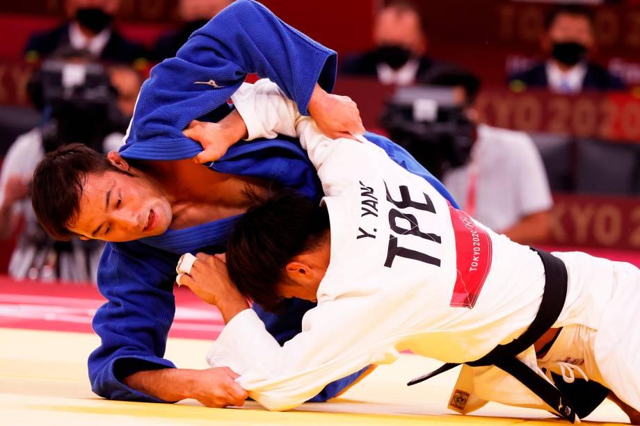 Naohisa Takato (azul), do Japão, em ação contra Yung-wei Yang, de Taipé Chinês -