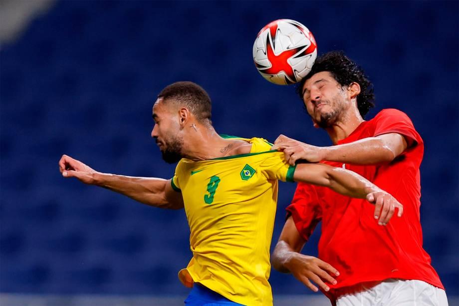 O brasileiro Matheus Cunha em disputa de bola durante jogo contra o Egito -