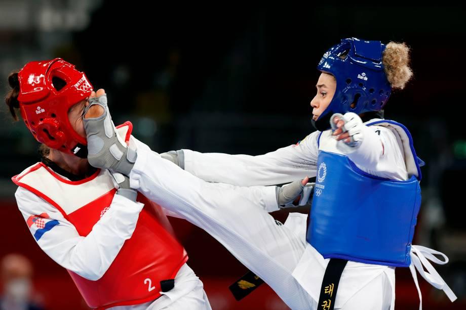 A croata Kristina Tomic é chutada pela colombiana Andrea Ramirez Vargas durante luta pelo taekwondo -