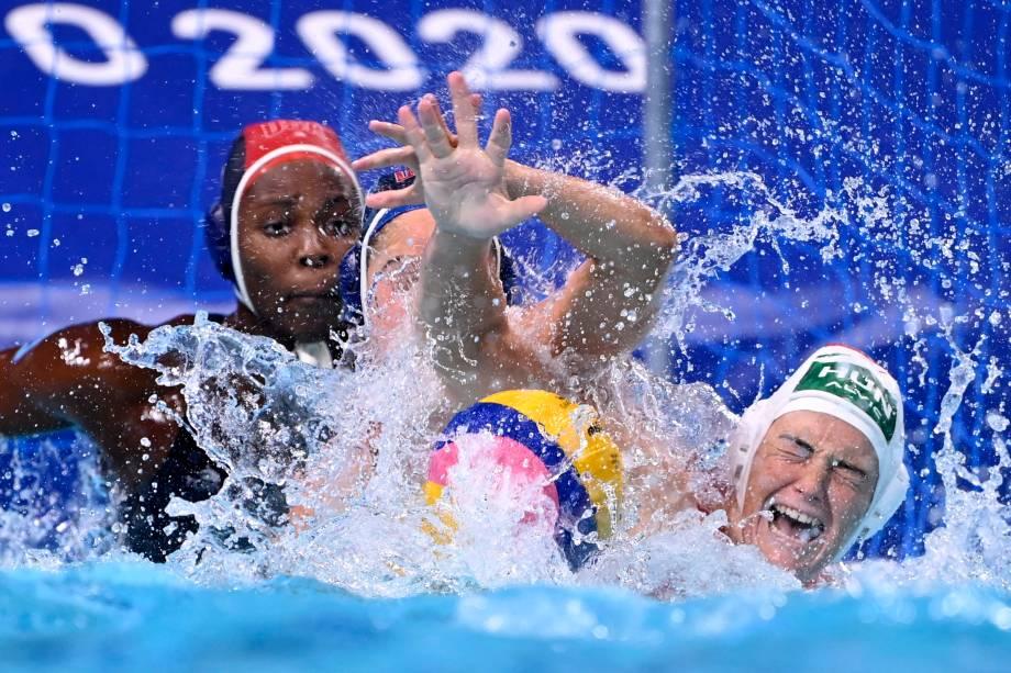 Jogadoras de Hungria e Estados Unidos lutam pela bola durante partida pólo aquático -