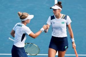 EVE2210. TOKIO, 31/07/2021.- Laura Pigossi (i) y Luisa Stefani de Brasil se dan ánimos contra Veronika Kudermetova y Elena Vesnina del Comité Olímpico Ruso (ROC) durante el partido por la medalla de bronce de dobles femeninos de tenis en los Juegos Olímpicos 2020, este sábado en el Parque de Tenis de Ariake en Tokio (Japón). EFE/Kai Försterling