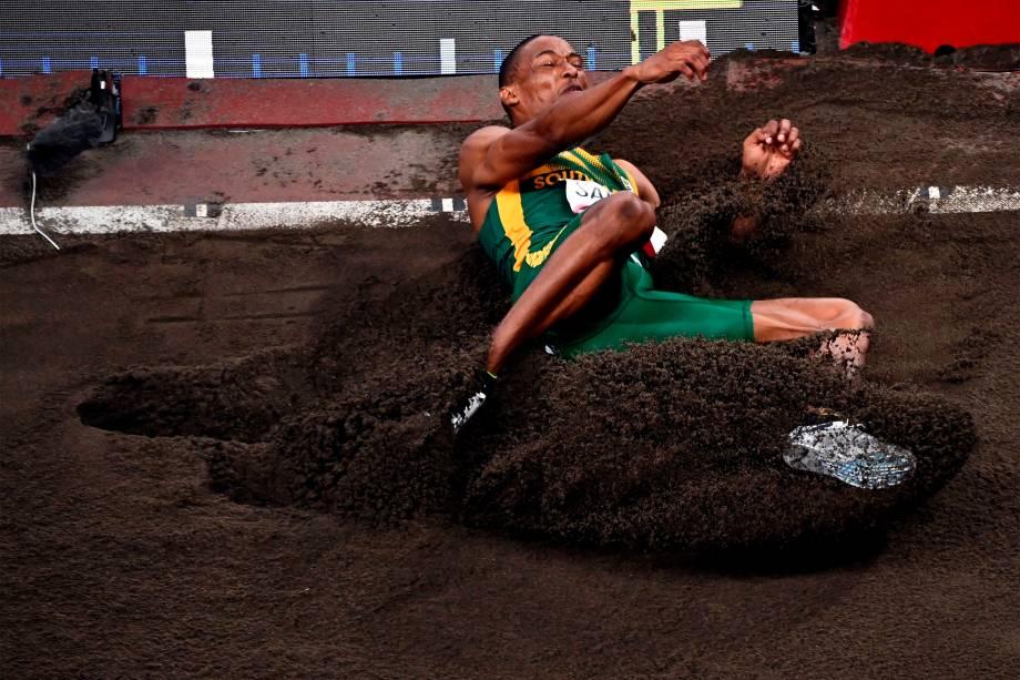Ruswahl Samaai, da África do Sul, em ação durante o salto em distância -
