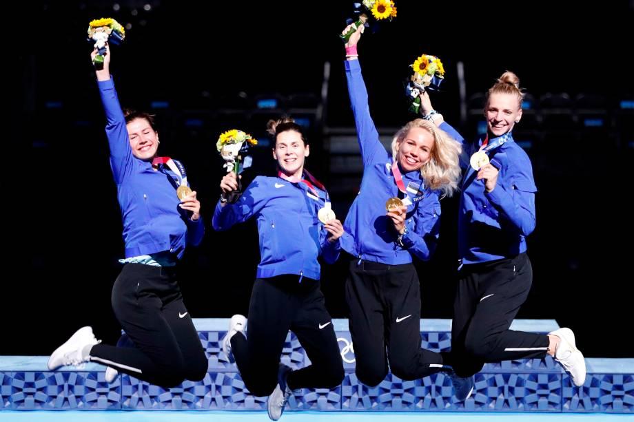 Julia Beljajeva, Irina Embrich, Erika Kirpu e Katrina Lehis, da equipe de esgrima da Estônia, comemoram a medalha de ouro -