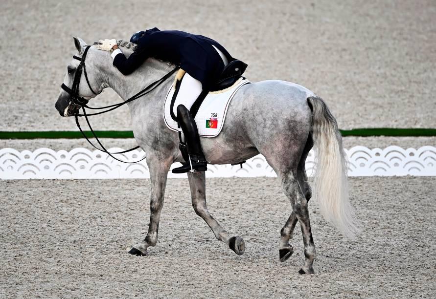 Rodrigo Torres, de Portugal, com seu cavalo durante prova de hipismo -