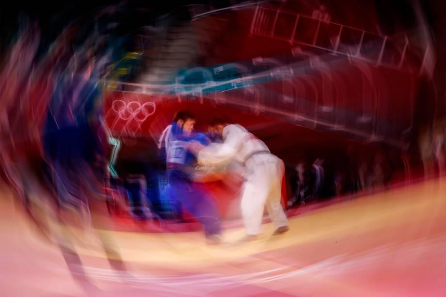 O japonês Naohisa Takato (direita) luta com Yeldos Smetov, do Cazaquistão, nas semifinais do judô -