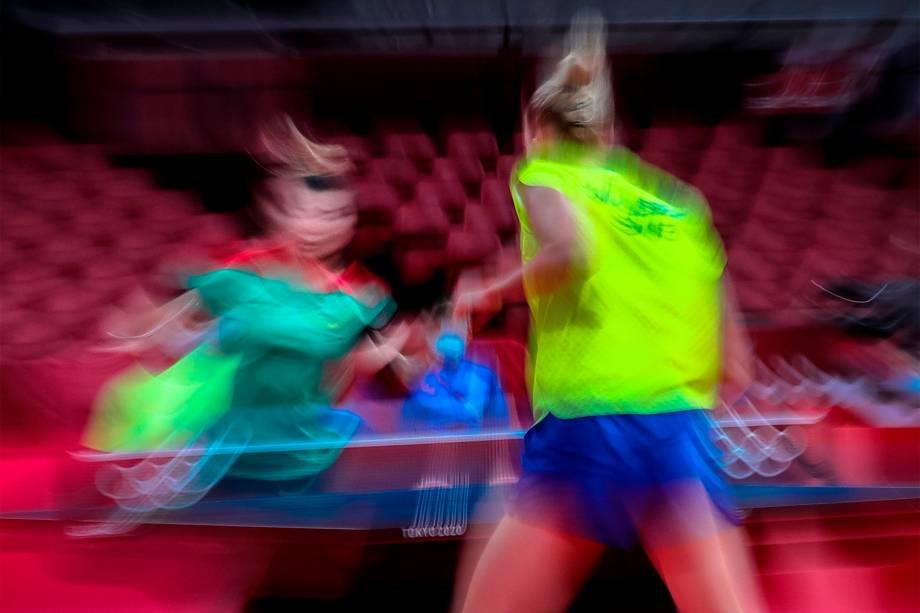 Christina Kaellberg (direita), da Suécia, em partida contra Shao Jieni, de Portugal, na primeira rodada do tênis de mesa feminino -