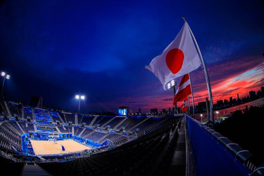 Uma visão geral do local do vôlei de praia no Shiokaze Park durante o pôr do sol -