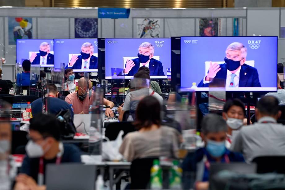 O presidente do Comitê Olímpico Internacional, Thomas Bach, durante transmissão nas televisões no Olympic Media Center -