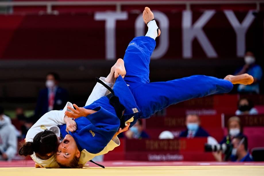 Hedvig Karakas (azul) da Hungria e Julia Kowalczyk, da Polônia, durante luta pelo judô feminino de até 57kg -
