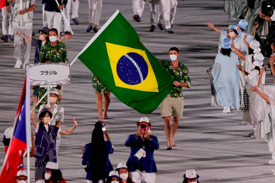Representantes da delegação brasileira desfilam na cerimônia de abertura -