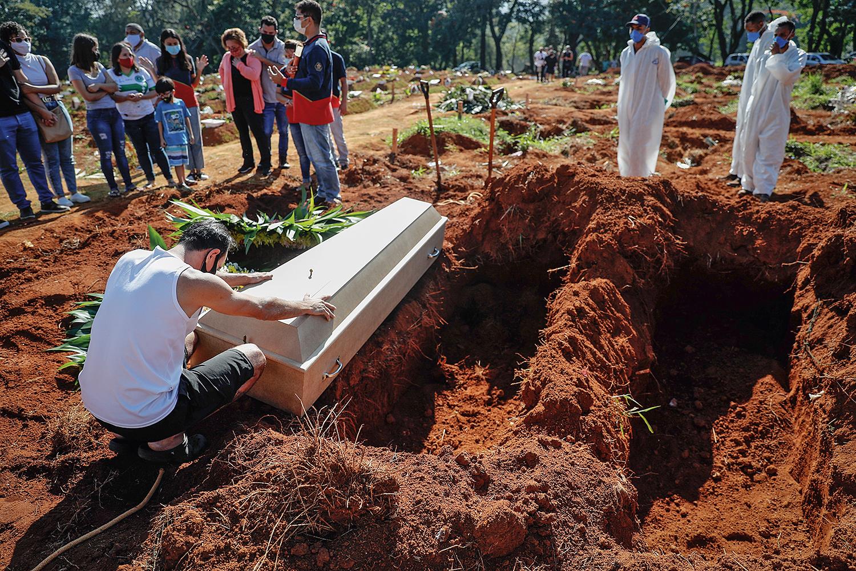 TRAGÉDIA - Enterro em São Paulo: crise sanitária terá peso relativo na eleição -