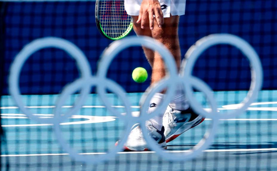 Roberto Carballés Baena, da Espanha, se preparando para o saque em partida de tênis -