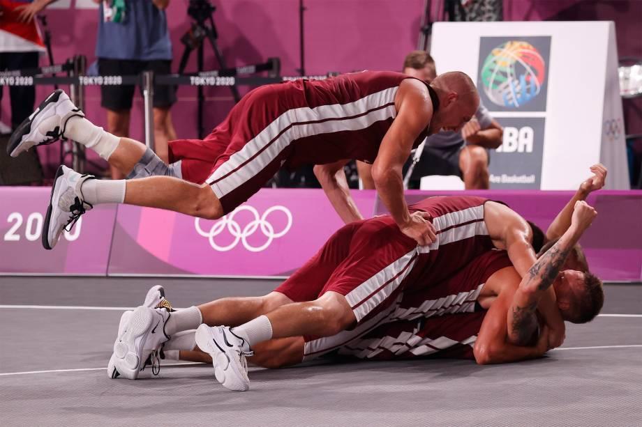 Jogadores da Letônia comemoram após ganharem a medalha de ouro no basquete 3x3 contra a Rússia -