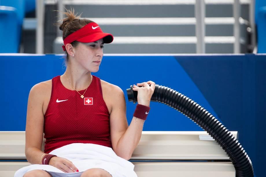 A tenista da Suíça, Belinda Bencic, refresca-se em partida contra Misaki Doi, do Japão -