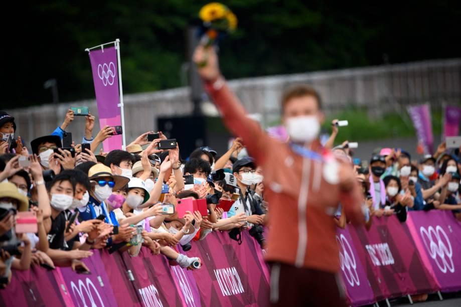 Espectadores observam a comemoração do suíço Mathias Flueckiger após ganhar a prata na prova de Cross-country Mountain Bike -