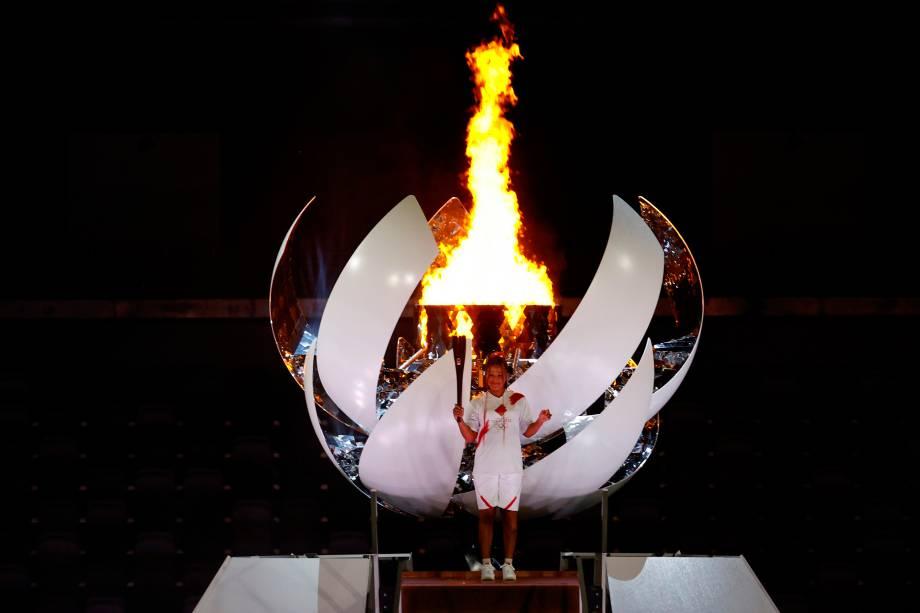 A tenista japonsea Naomi Osaka acende a pira Olímpica na cerimônia de abertura das Olímpiadas 2020, no Estádio Olímpico de Tóquio -