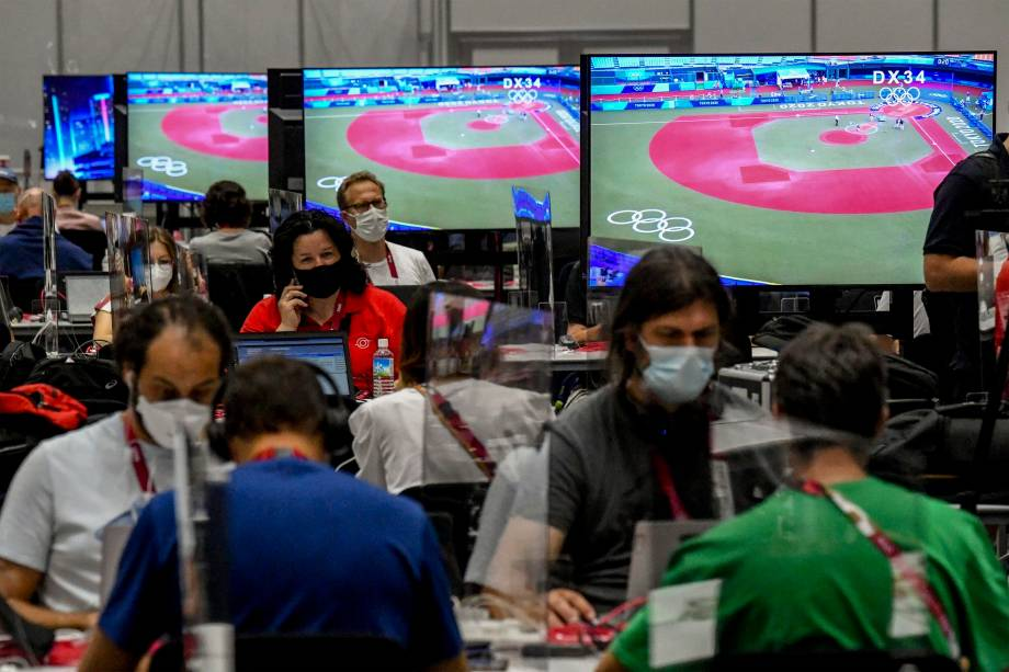 Jornalistas no Main Press Center em Tóquio -