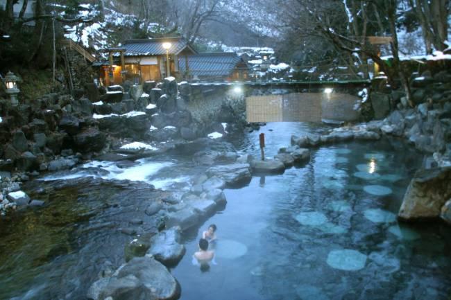 TOK02. TOKIO, 27/12/07.- Miles de japoneses aprovechan la Navidad para escapar del bullicio de las grandes urbes y sumergirse en las aguas termales de sus populares balnearios, los onsen, una forma de relajación milenaria que vive con el frío su mejor momento. Cuando las temperaturas comienzan a descender en todo Japón arranca la temporada alta en estos balnearios naturales distribuidos por todo el país, que suman más de 3.000 establecimientos gracias a la actividad volcánica que bulle bajo el archipiélago nipón. En la foto el onsen Takaragawa, uno de los mayores y más hermosos balnearios al aire libre del país. Este onsen, que suma más de cien años de tradición, se enclava en un estrecho valle entre montañas, repartido entre las dos orillas de un riachuelo, en la provincia de Gunma, a un par de horas de Tokio. EFE/Juan Palop