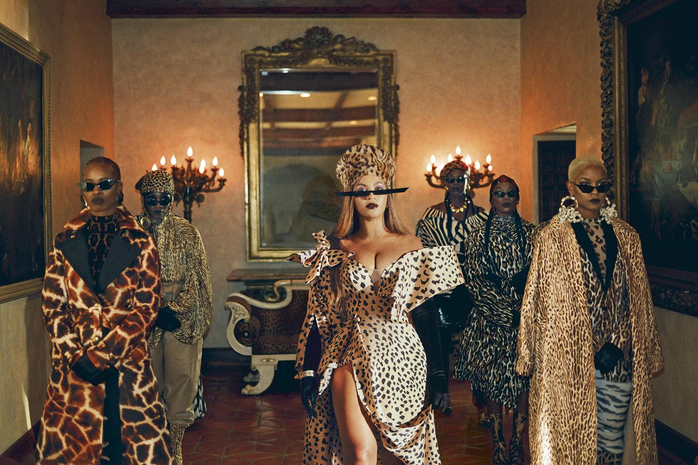 MÃE DE TODAS -Beyoncé (no centro) em seu clipe: arrojada estética tribal -