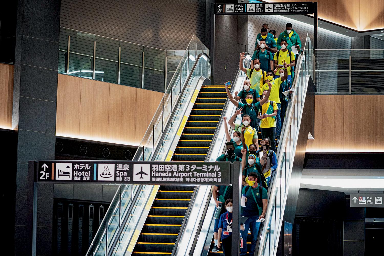 TESTES -Parte da delegação brasileira no aeroporto de Haneda: controle rígido -