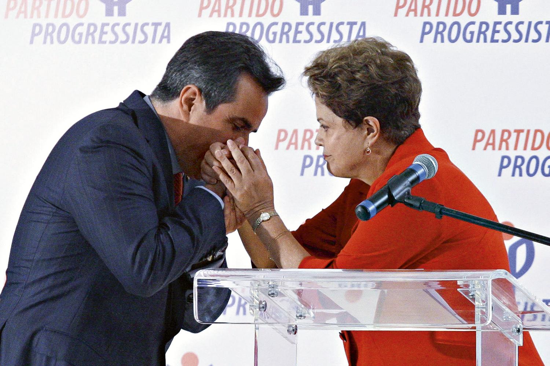 TRAIÇÃO -Com Dilma: apoio à presidente não resistiu à pressão pelo impeachment -