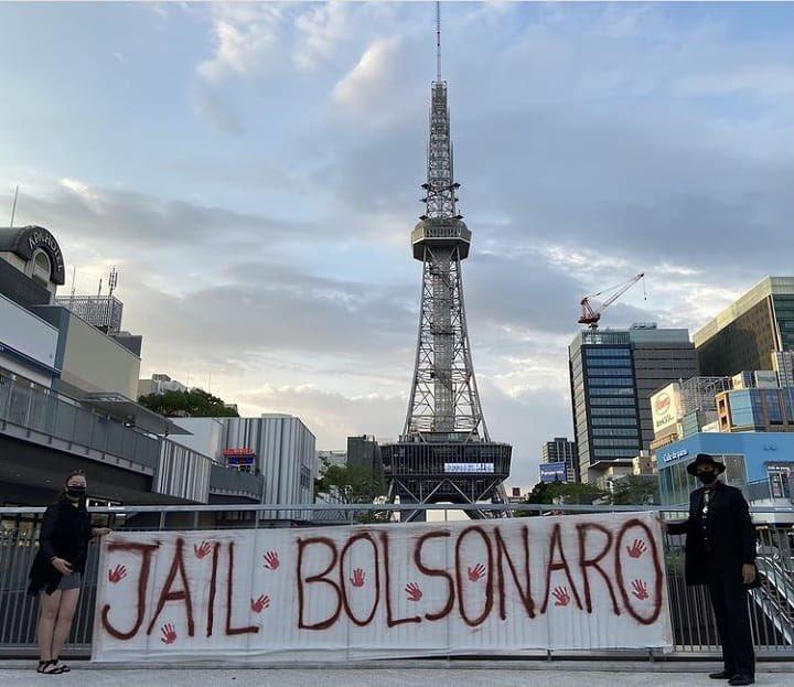 Manifestantes estendem faixa em Tóquio, Japão