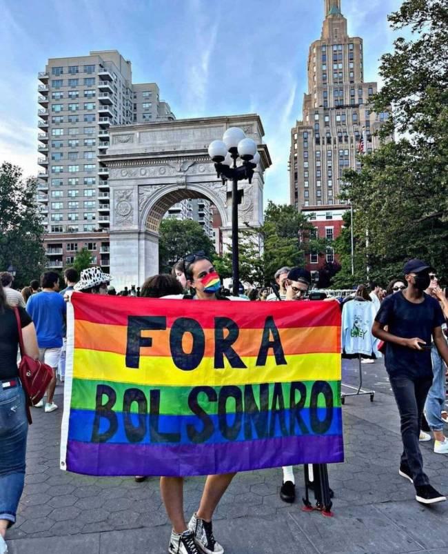 Manifestante em ato contra o governo de Jair Bolsonaro em Nova York