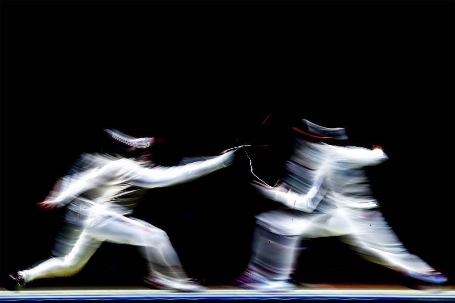 Guilherme Toldo, do Brasil, e Toshiya Saito, do Japão, em disputa individual de Esgrima -