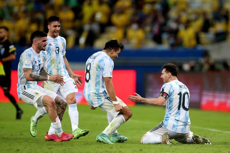 Messi comemorando com os companheiros de equipe após o apito final -