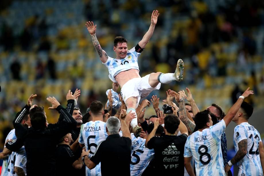 Messi e os jogadores argentinos comemorando o título de campeão da Copa América -