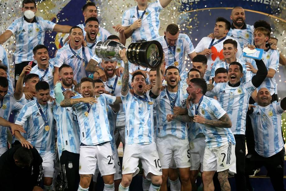 O capitão da Argentina, Lionel Messi, ergue o troféu de campeão da Copa América 2021 -