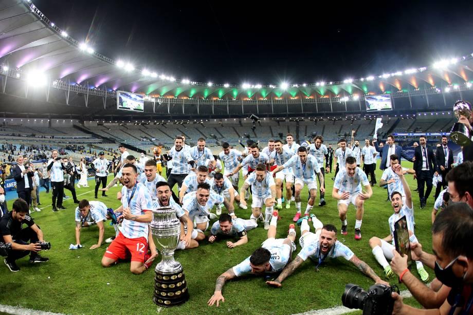 Jogadores da Argentina festejam com a taça da Copa América -
