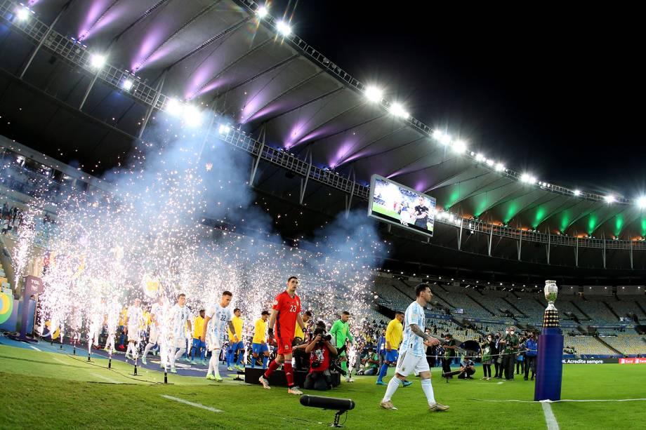 Jogadores de Brasil e Argentina entrando em campo para a decisão -