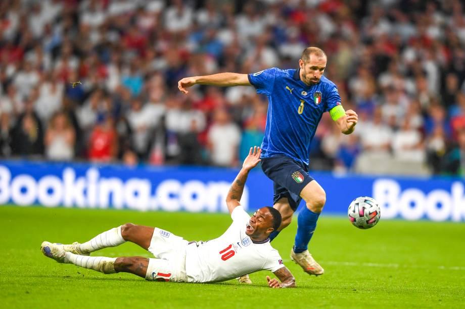 Raheem Sterling e Giorgio Chiellini dividem na final da Eurocopa
