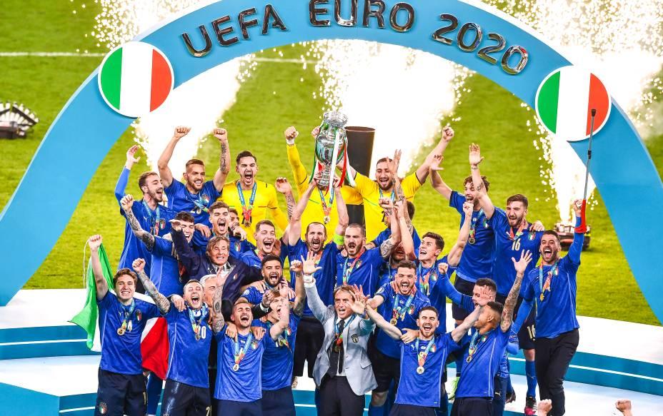 Jogadores da Itália erguem a taça da Eurocopa