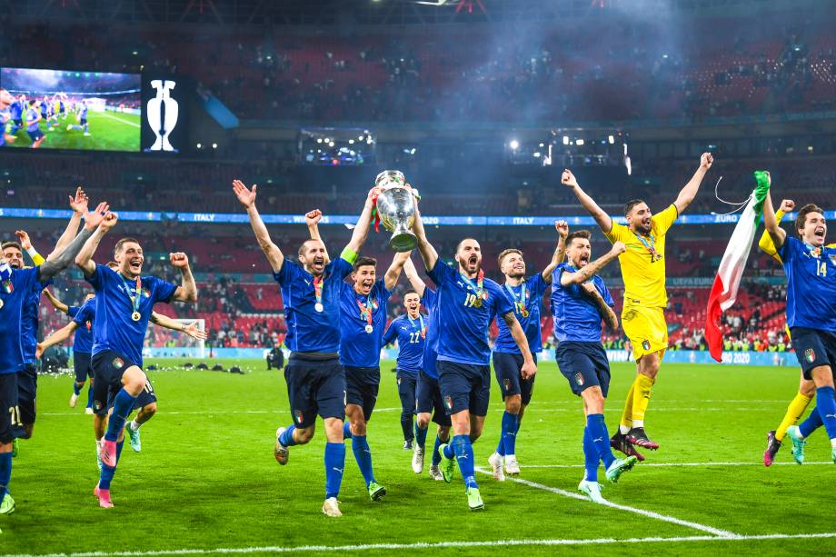 Jogadores da Itália erguem a taça da Eurocopa diante de sua torcida em Wembley