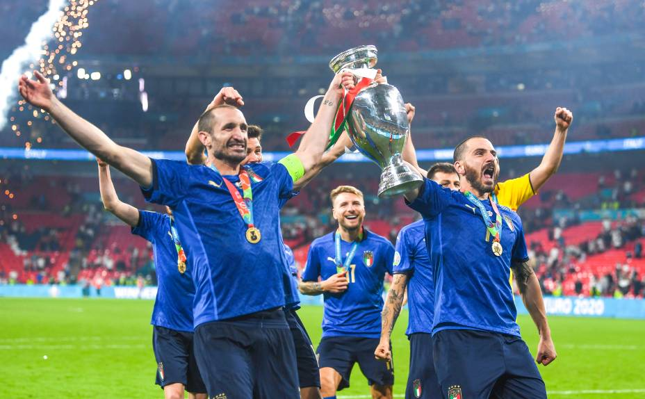 Giorgio Chiellini e Leonardo Bonucci (Italy) erguem a taça em Wembley