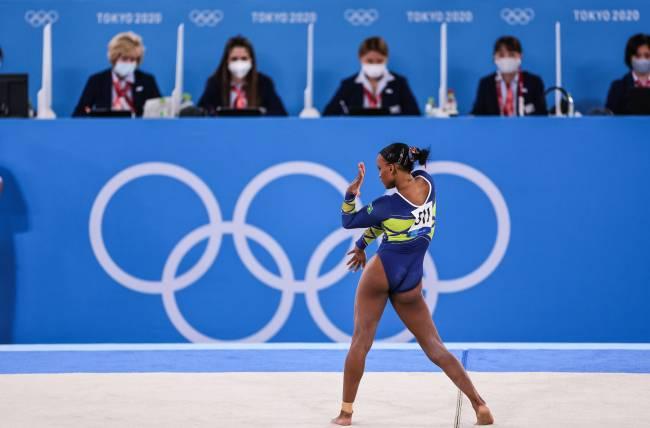 Rebeca Andrade durante sua performance em frente ao júri da competição -