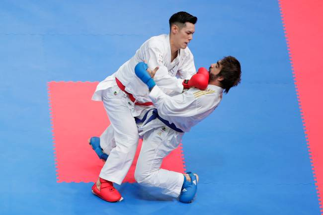Ken Nishimura, do Japão, e Rafael Aghayev (blue) of Azerbaijan compete in the Men's Kumite -75kg final on day three of the Karate 1 Premier League at Nippon Budokan on September 8, 2019 in Tokyo, Japan. (Photo by Kiyoshi Ota/Getty Images)