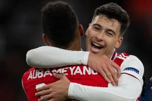 Aubameyang, do Arsenal, comemora seu gol com Gabriel Martinelli durante partida pela equipe na UEFA Europa League, em 2019 -