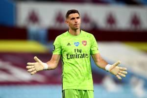 Martínez em uma das poucas oportunidades pelo Arsenal -a
