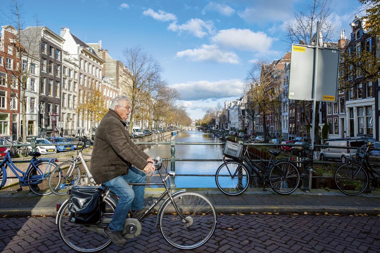 DILEMA -Amsterdã hoje: ela já não suporta tantos carros, turistas e moradores -