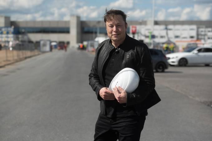 Tesla boss visits factory construction site in Grünheide