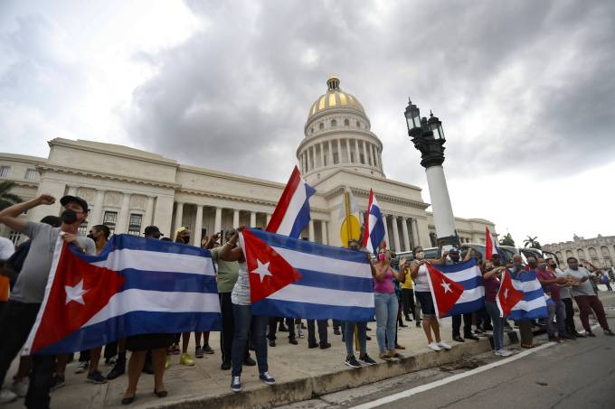 Government supporters gather to support Cuban President Miguel Díaz-Canel