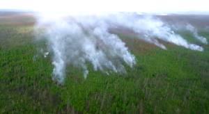 Uma visão de um incêndio florestal de um helicóptero. A área queimada por incêndios florestais na República Sakha da Rússia (Yakutia) em 2021 é 18,8% maior do que em 2020.