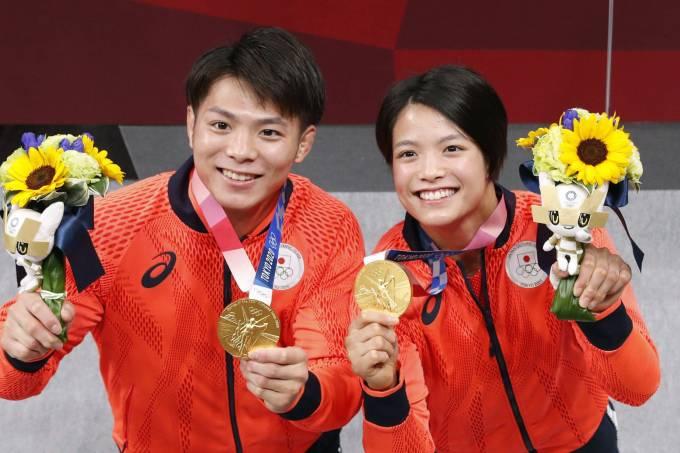 Hifumi Abe e Uta Abe posam com a medalha de ouro