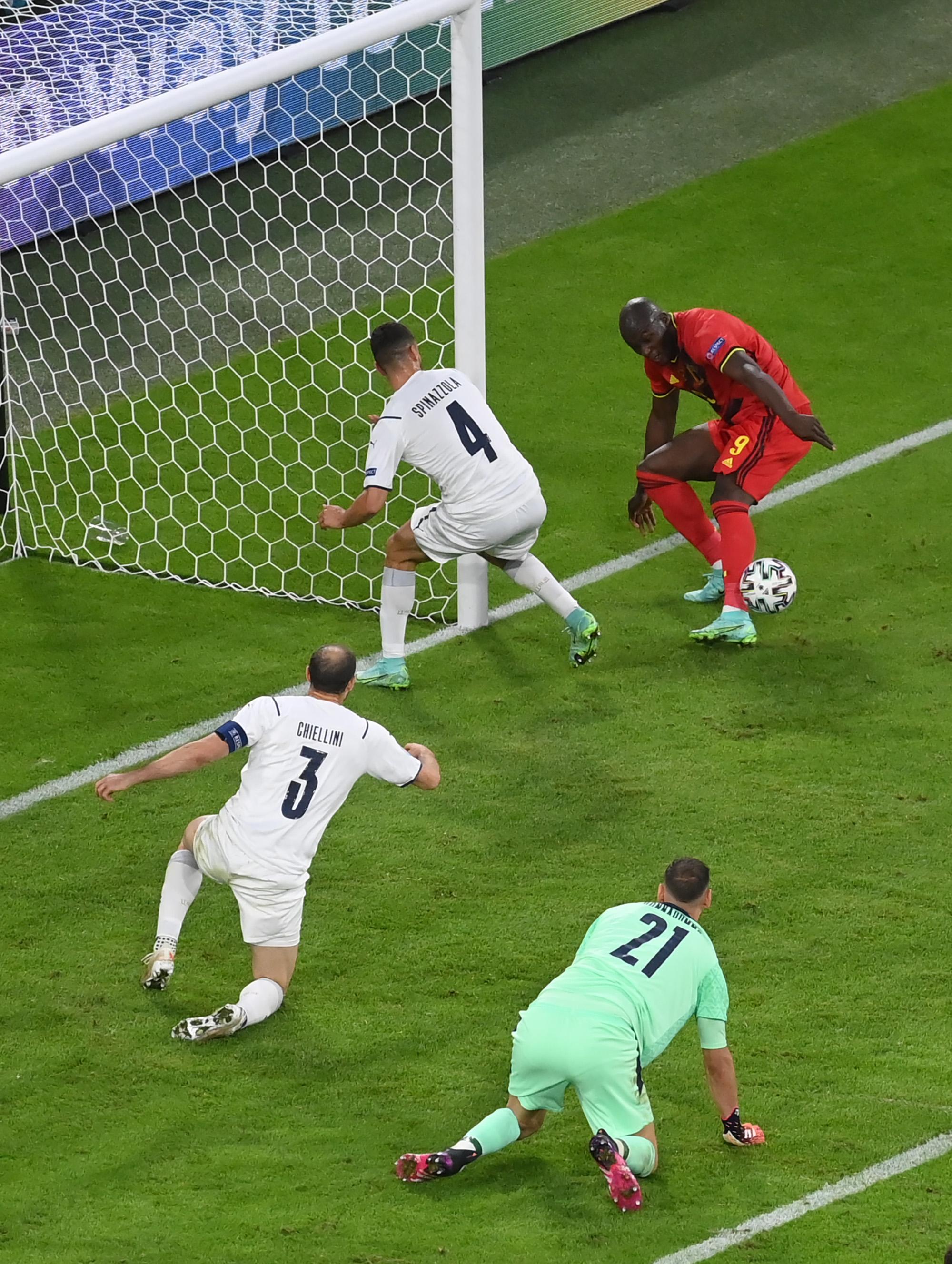 Lukaku perdeu grande chance de marcar o gol de empate dos belgas -